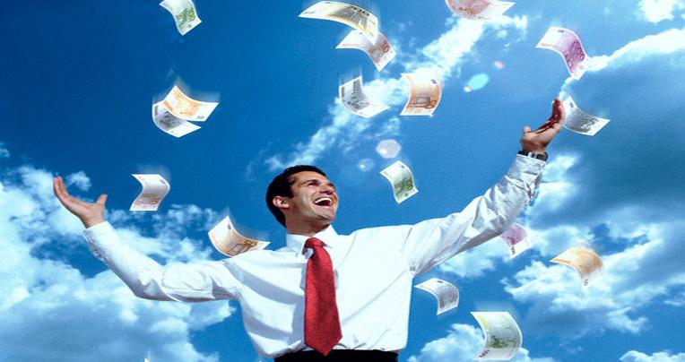 homem de gravata vermelha e camisa branca com os braços abertos e dinheiro caindo do céu