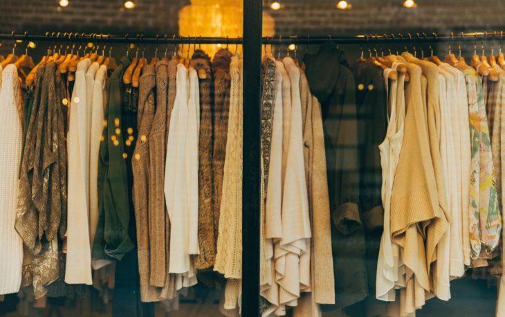 cabides com roupas em loja ilustrativo franquias de roupas
