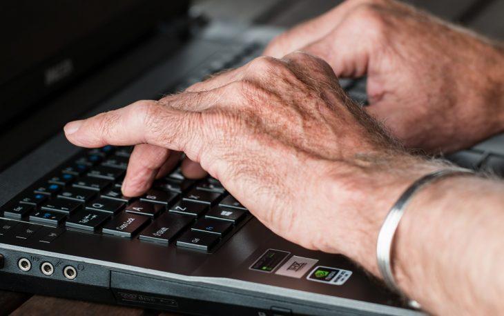 franquias para idosos imagens ilustrativa idoso usando notebook