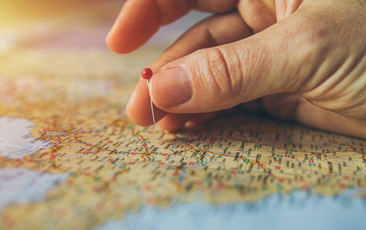 imagem ilustrativa franquia de viagens mapa com pin localização