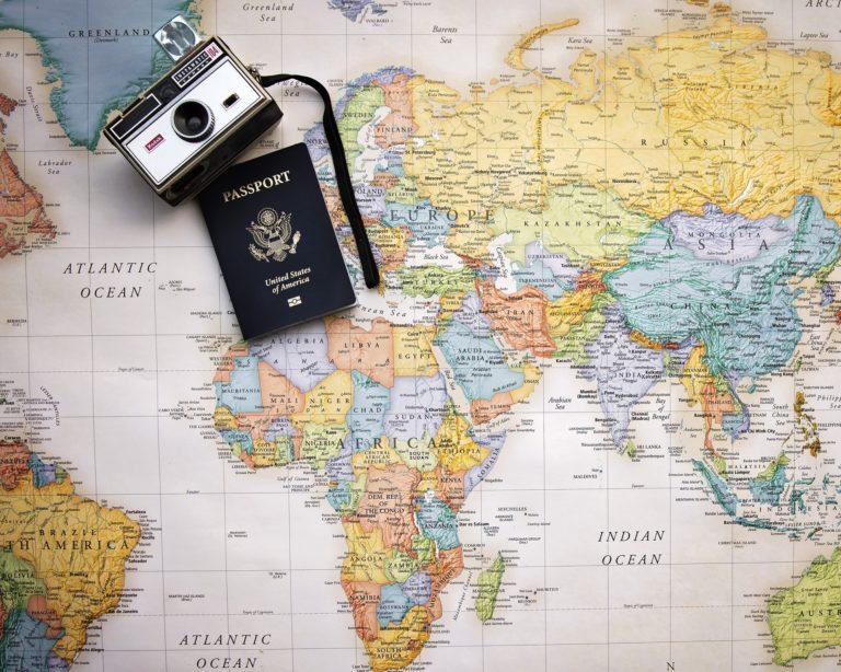 franquias de turismo imagem ilustrativa câmera apoiada sobre mapa