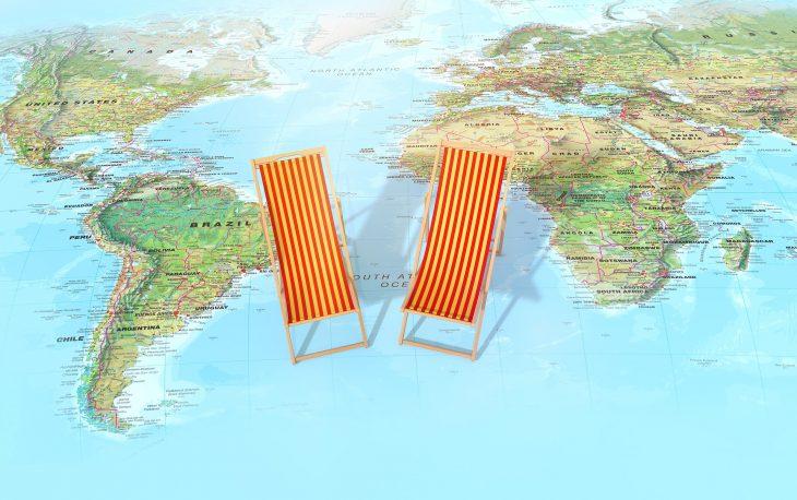 agencia de viagens imagem ilustrativa mapa e cadeiras de praia férias