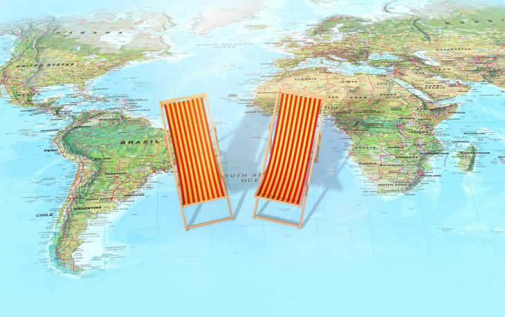 Imagem ilustrativa de um mapa e cadeiras de praia. Ilustração do texto sobre aprenda a montar uma agência de viagem online.