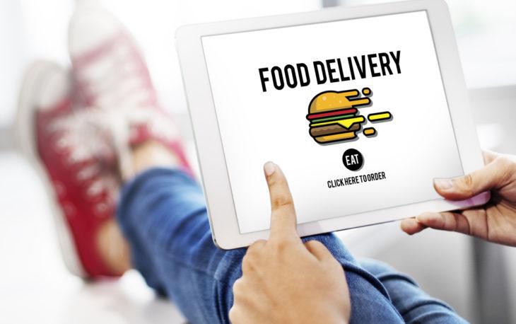franquia de delivery imagem ilustrativa pessoa pedindo comida app