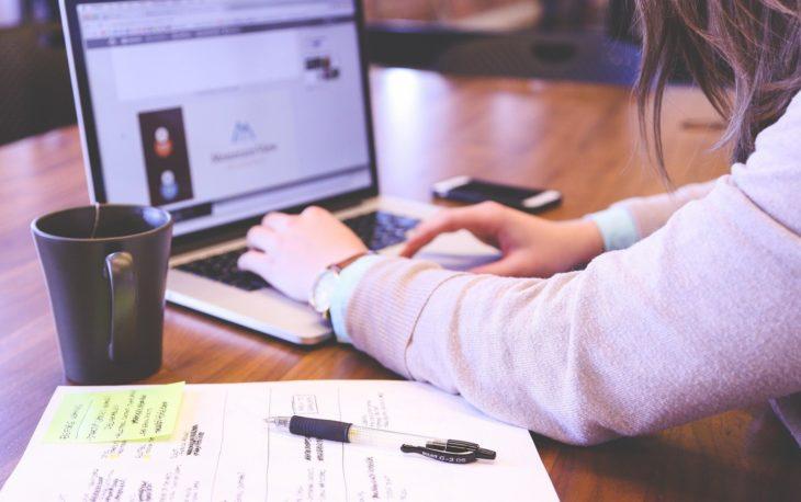 moça usando notebook imagem ilustrativa planejar e investir franquia