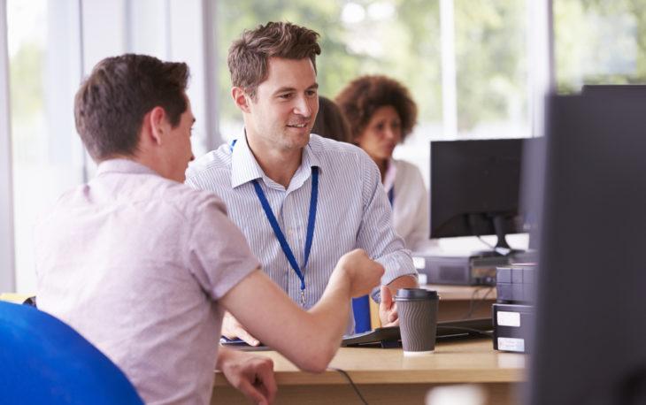 Dois jovens fazendo uma negociação franquias de serviço modelo