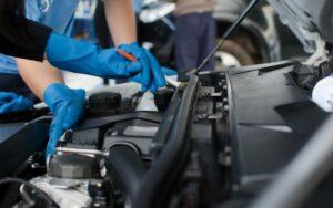 Imagem de uma pessoa fazendo a limpeza de um motor. Imagem ilustrativa texto tendências para empreender 2022.