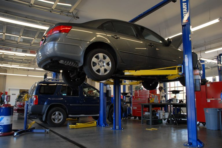franquias de serviços automotivos imagem ilustrativa carro suspenso para mecanico
