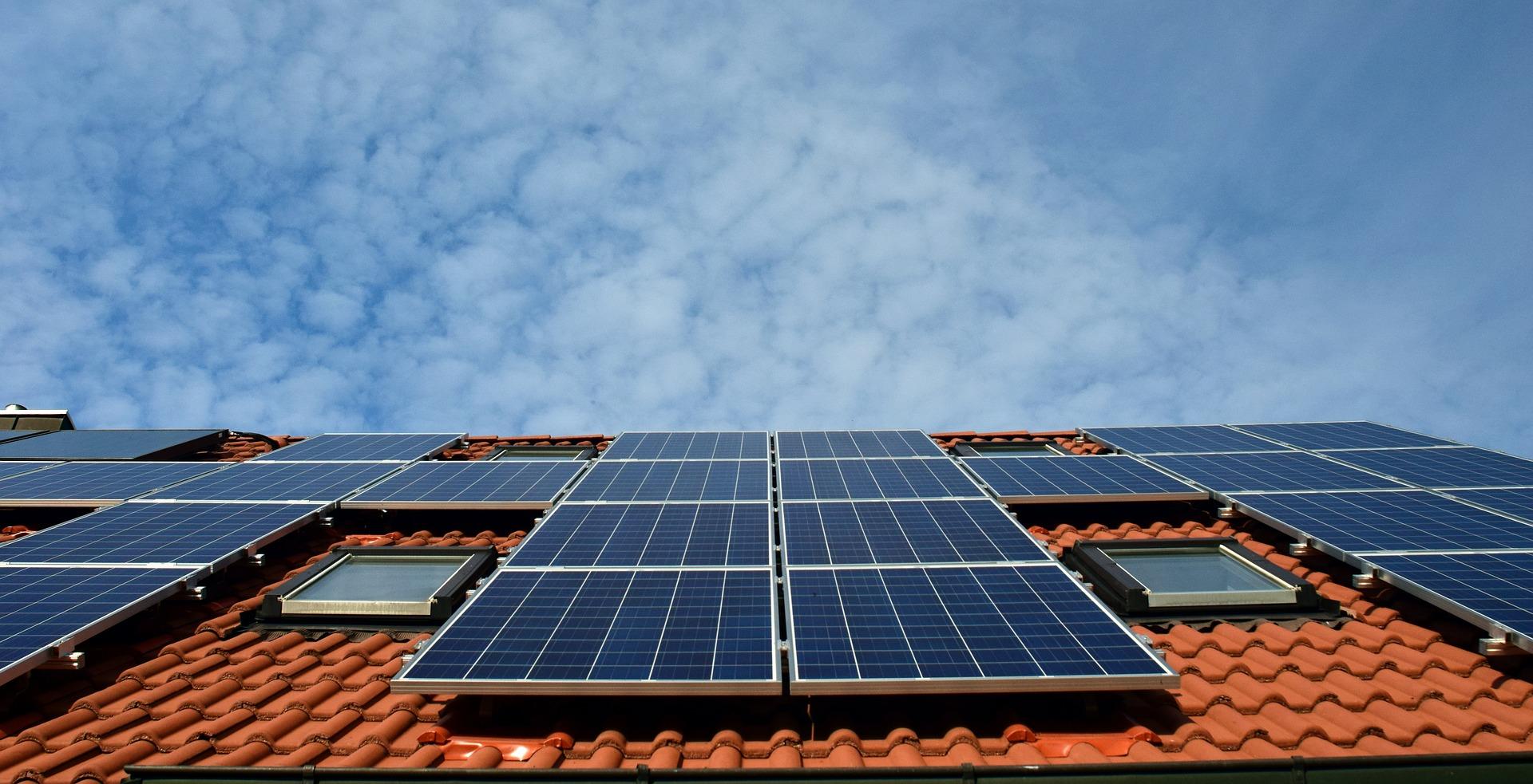 Vemos o telhado de uma casa onde foram instalados diversos painéis de captação de luz solar para produção de energia (imagem ilustrativa). Texto: franquias sustentáveis.