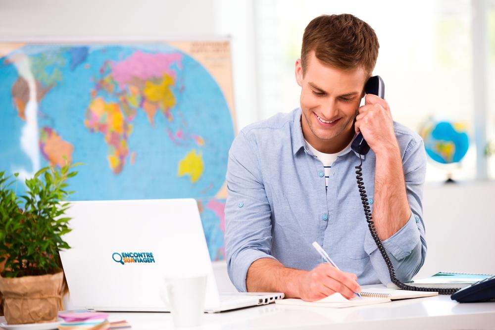 Vemos u, agente de viagens ao telefone (imagem ilustrativa). Texto: vantagens franquia de viagens.