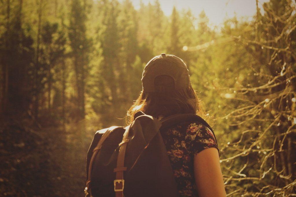 Vemos uma mulher fazendo turismo ecológico (imagem ilustrativa).