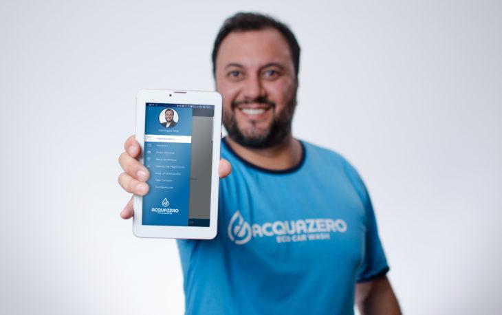 app acquazero empresario henrique mol segurando tablet com app na tela aplicativo acquazero
