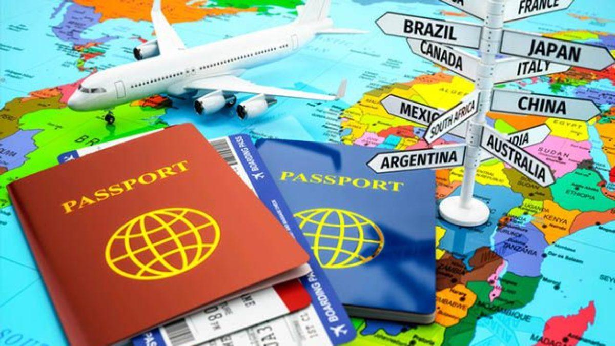 Vemos dois passaportes sobre um mapa-múndi (imagem ilustrativa). Texto: empreendimento de baixo custo.