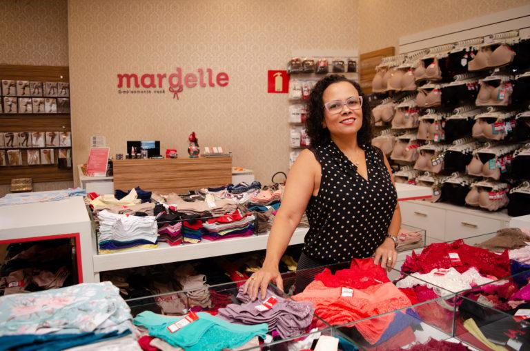 Adele na loja mardelle em meio aos produtos oferecidos
