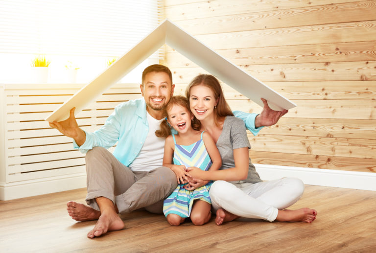 Familia descobrindo se Compensa comprar uma franquia de seguros