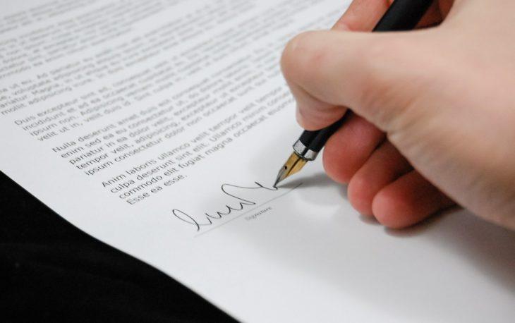 contrato de franquia sendo assinado