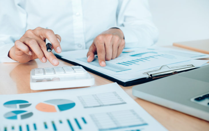 empresário analisando os dados de investimento