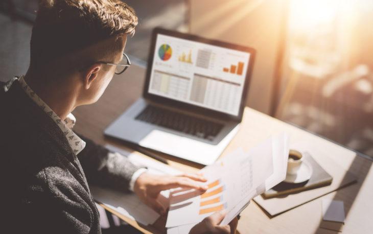 homem trabalhando com notebook imagem ilustrativa financiamento para franquias