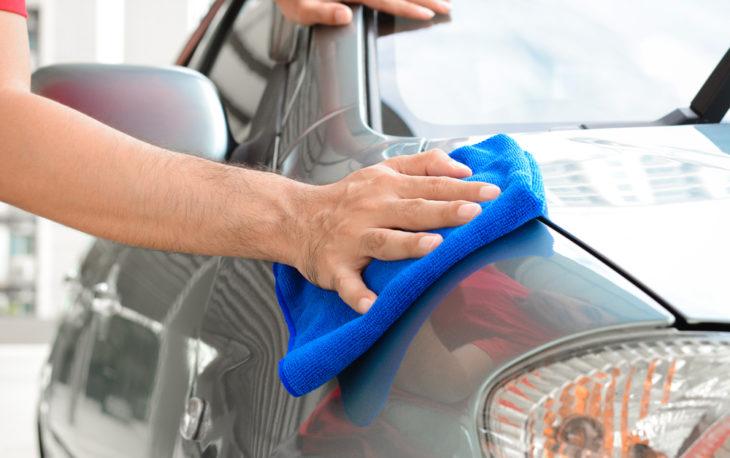 carro sendo lavado a seco