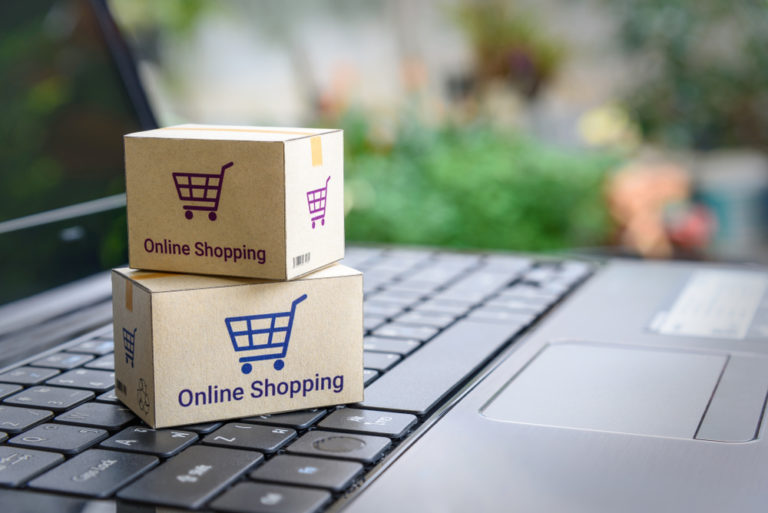 caixas entrega sobre o teclado pc ilustrativo franquia de vendas online