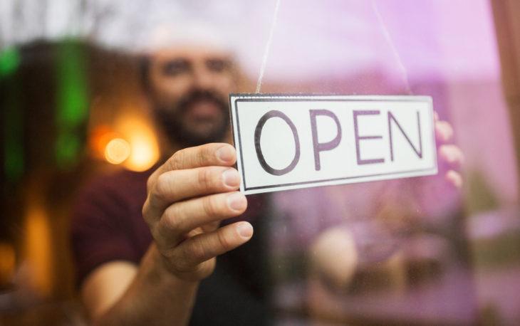 placa de aberto em loja ilustrativo abrir franquia crise