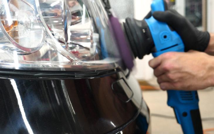 Imagem de uma polimetriz sendo aplicada na lataria de um carro. Imagem ilustrativa texto franquia drywash.