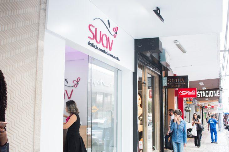 Vemos uma fachada da franquia Suav com esmalteria (imagem ilustrativa). Texto: empreendedorismo feminino.
