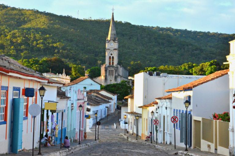 Rua estreita para franquias para cidades pequenas 5 mil habitantes ilustrativo que negócio abrir em cidade pequena