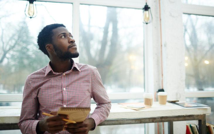 empreendedor pensando texto franquias para investir