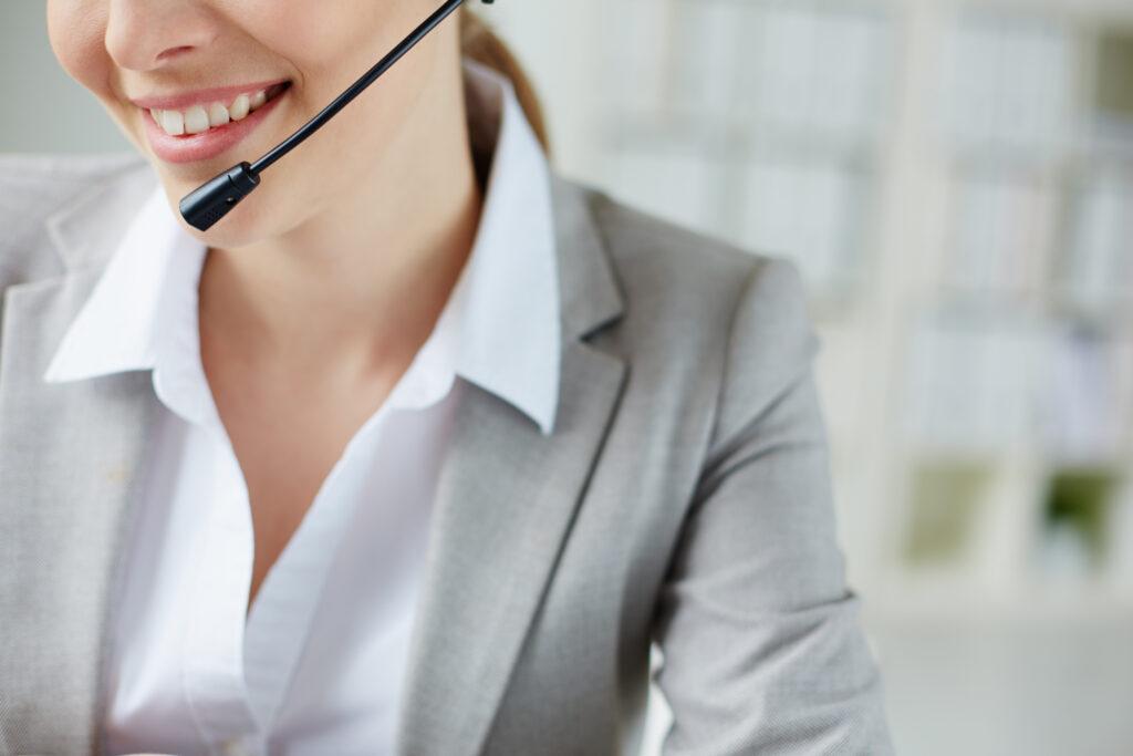 Vemos, em close, uma telefonista sorrindo (imagem ilustrativa). Texto: franquias boas e baratas 2021.