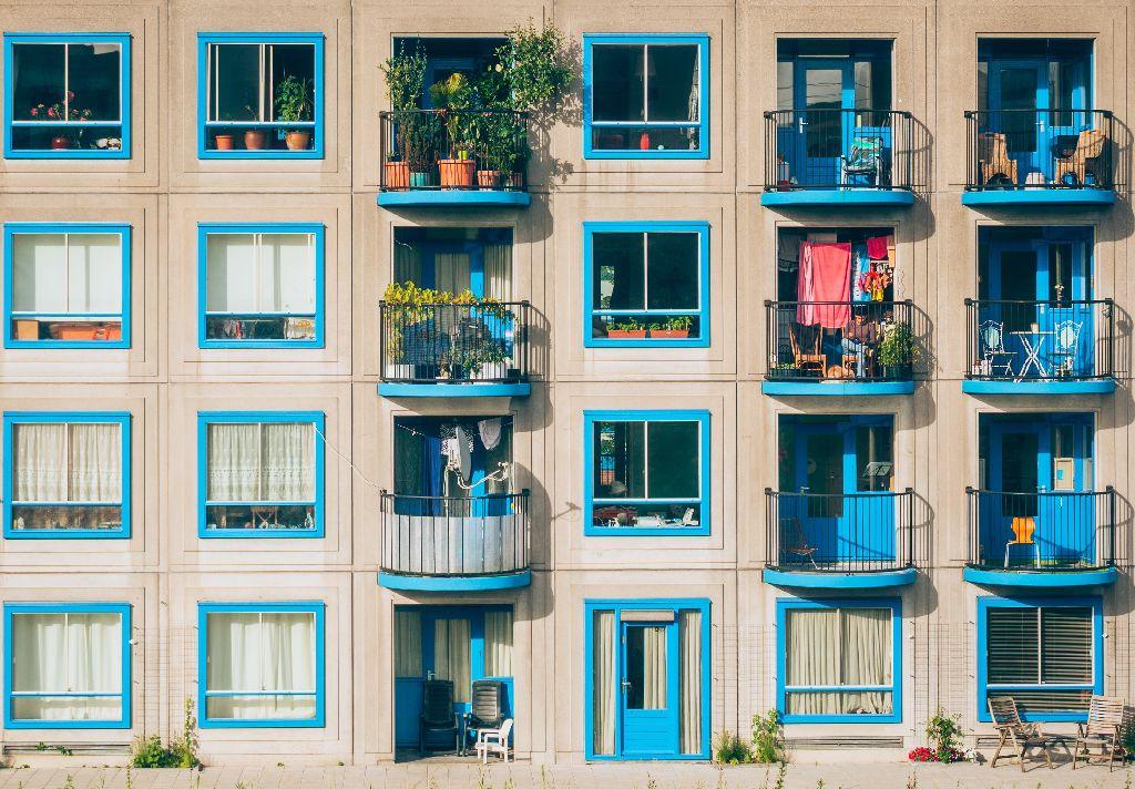 Vemos a fachada de um prédio residencial em estilo lisbonense (imagem ilustrativa).
