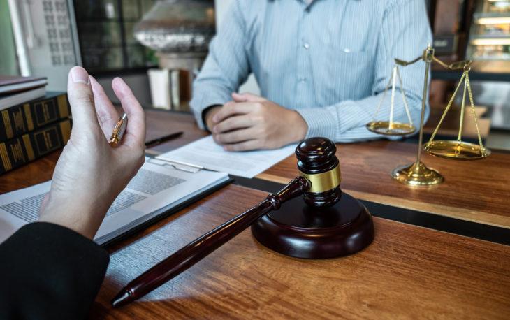 Nova lei de franquias: duas pessoas conversando sobre um contrato