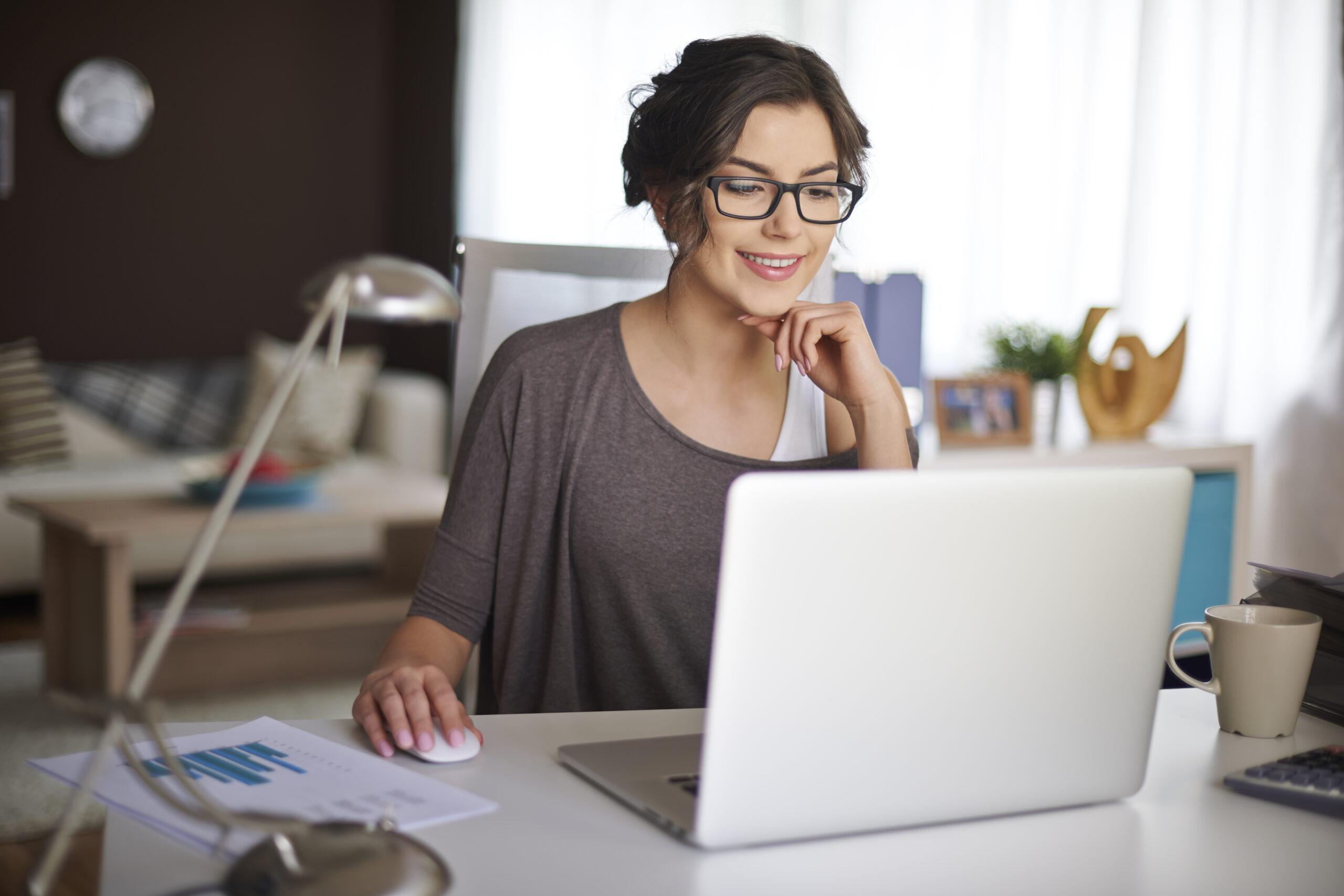 Vemos uma empresária em home office (imagem ilustrativa). Texto: pequenas franquias de sucesso.