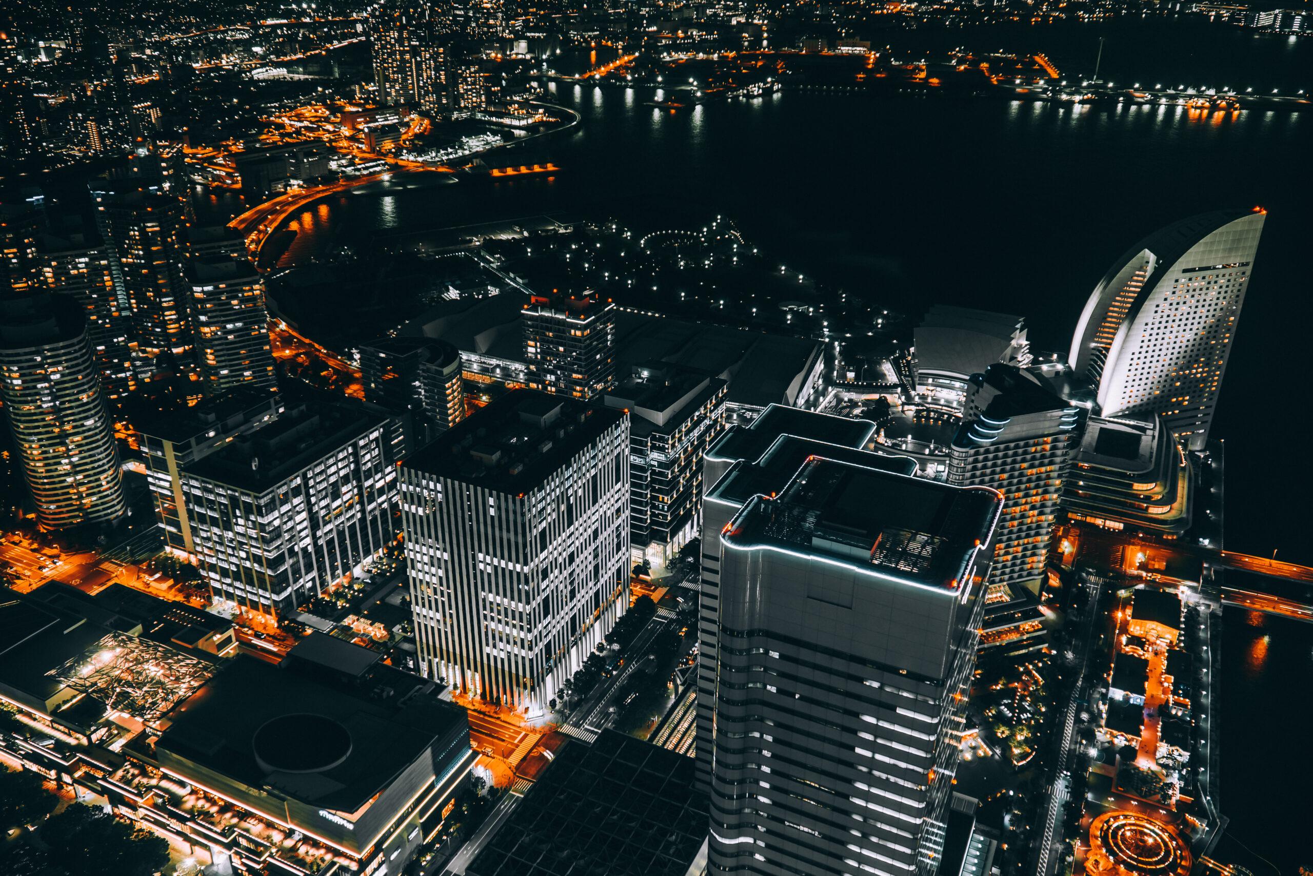 Vemos uma grande cidade vista de cima, à noite (imagem ilustrativa). Texto: pequenas franquias de sucesso.