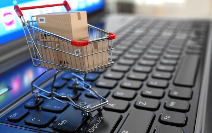 franquia de de vendas on-line o em cima de um teclado representando as compras na internet
