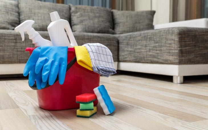 Franquia de serviços de limpeza doméstica: balde com equipamentos para fazer a limpeza de uma casa