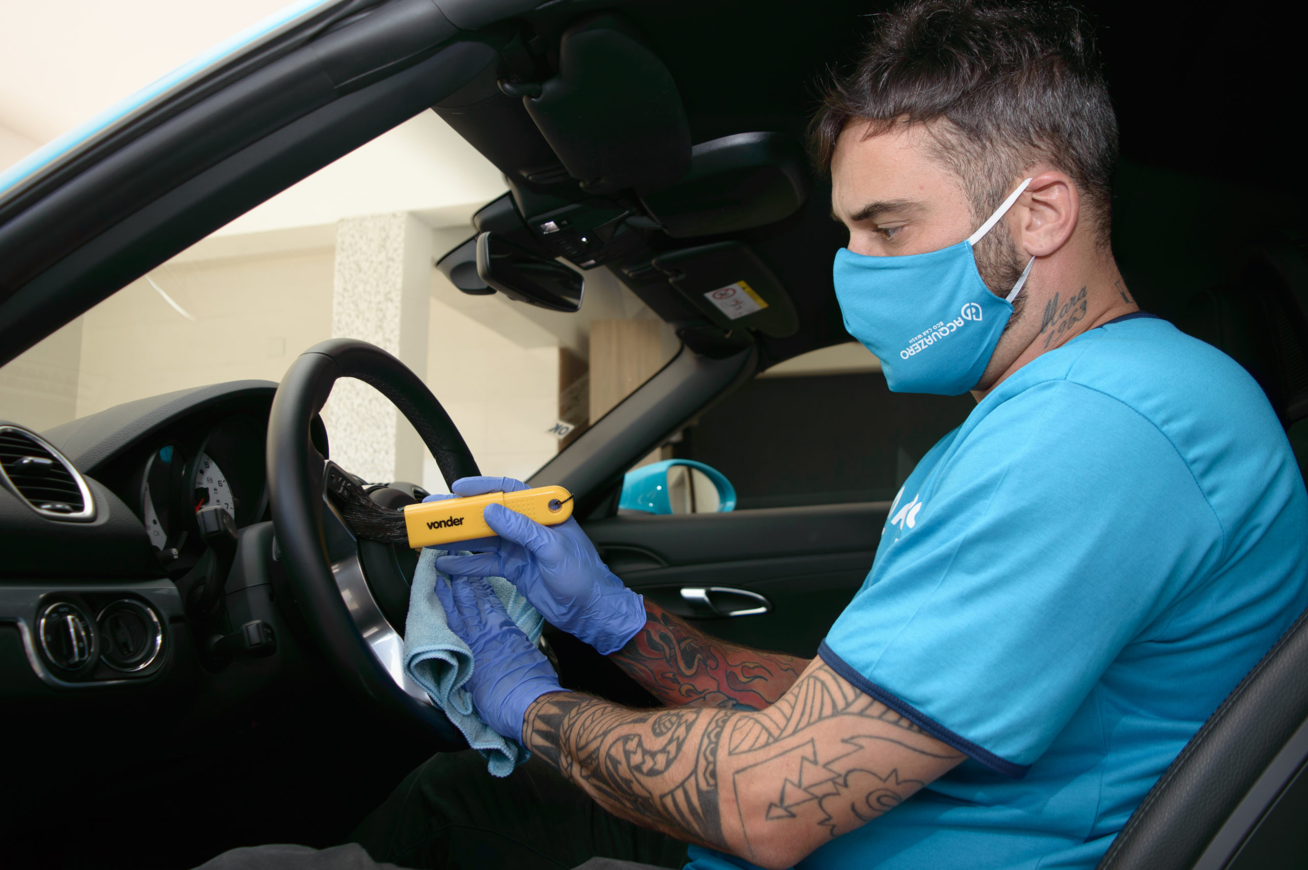 Vemos um técnico da Acquazero limpando o volante de um carro (imagem ilustrativa).