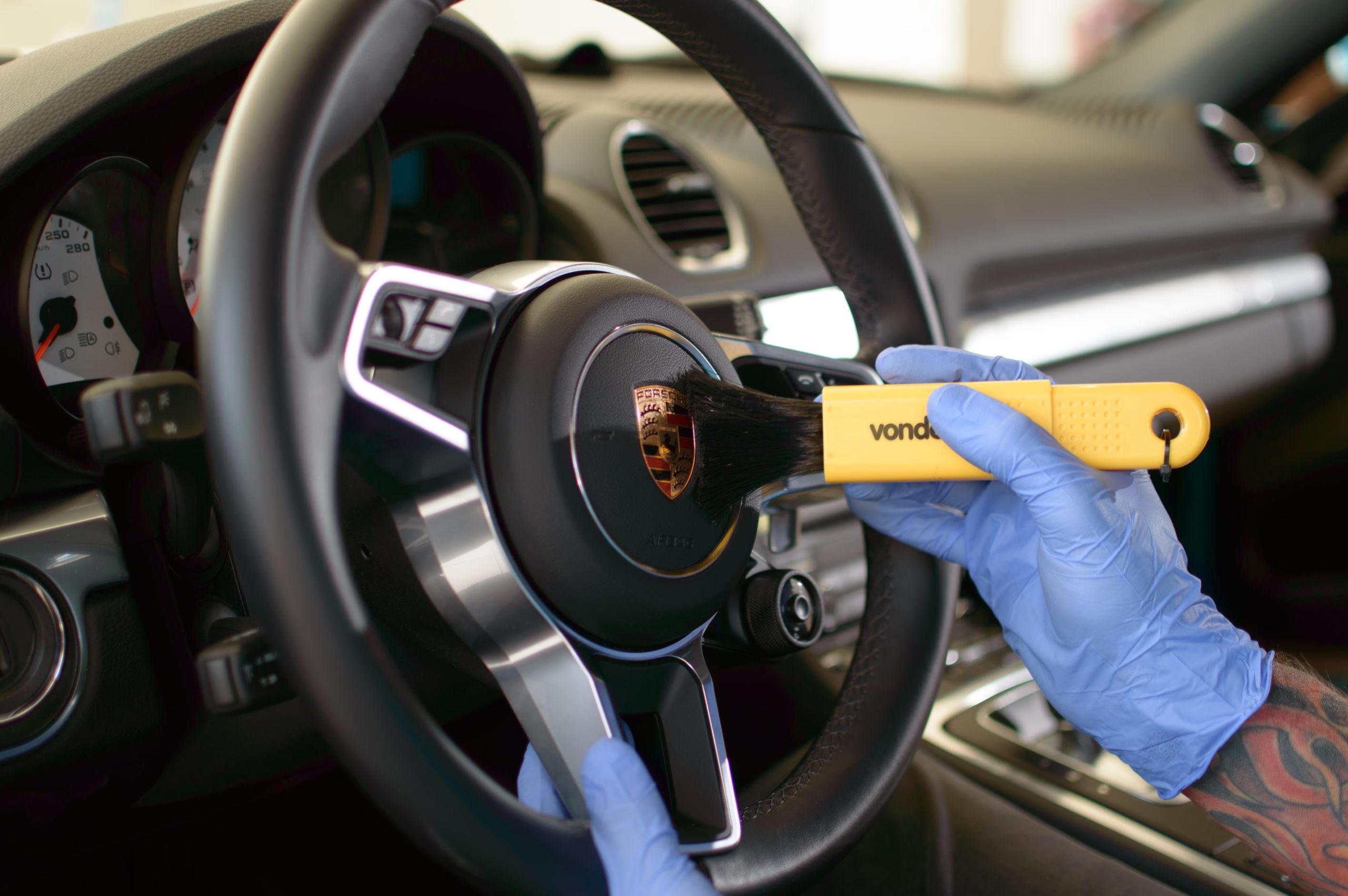Vemos uma pessoa limpando o volante de um carro (imagem ilustrativa). Texto: segmentos para empreender.