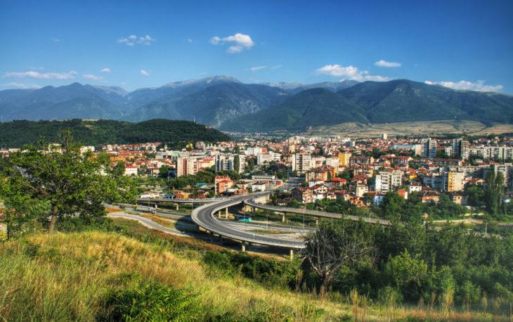 vista de uma cidade pequena entre montanhas ilustrativo texto qual a melhor franquia para cidade pequena