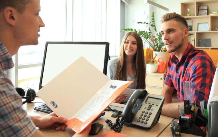 Franquia Quisto: Casal conversando com um corretor de seguros