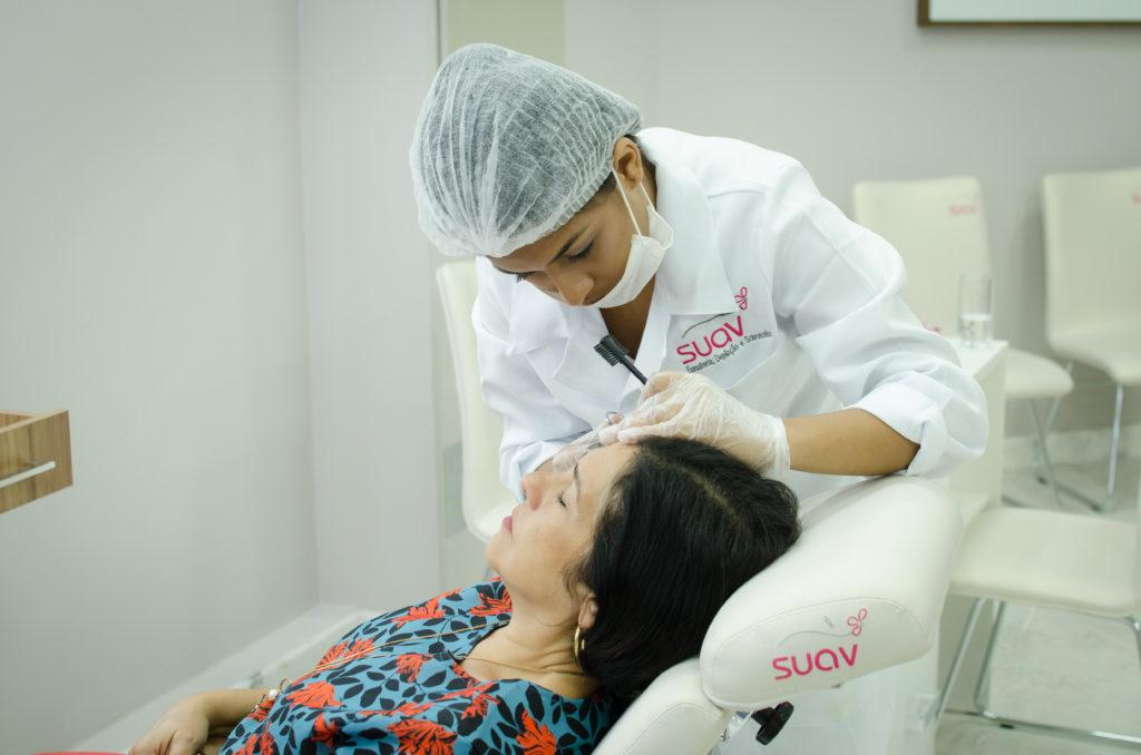Vemos uma mulher fazendo a sobrancelha em uma unidade da franquia Suav (imagem ilustrativa). Texto: franquias mais lucrativas.
