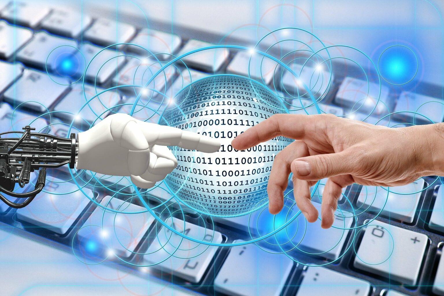 Vemos uma mão humana e a de um robô se tocando com o desenho de um teclado e códigos binários ao fundo (imagem ilustrativa).