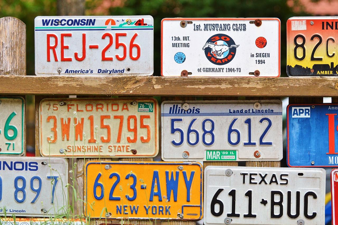 Vemos várias placas de carros (imagem ilustrativa).