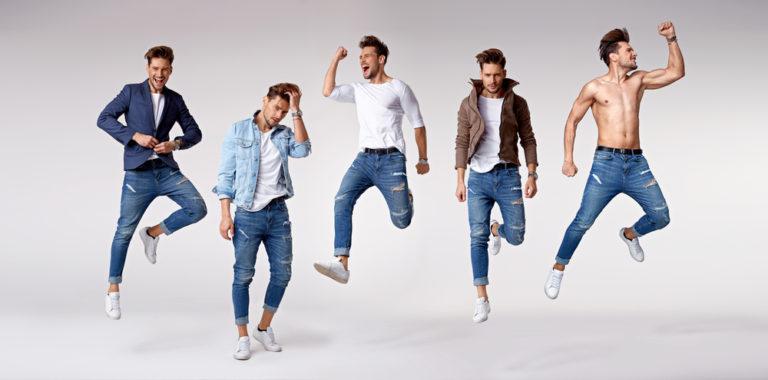 Franquia de moda masculina: vários modelos em poses diferentes com roupas masculinas jeans