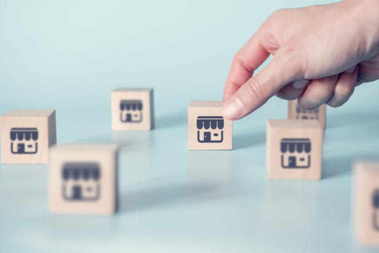 Franquias baratas 2021: blocos representado unidades e mão tocando um dos blocos