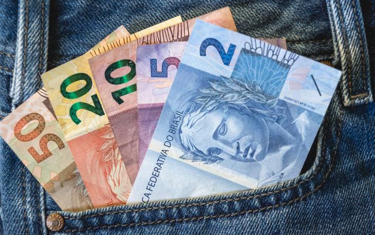 Franquias mais baratas: bolso com notas de 50, 20,10, 5 e 2 reais