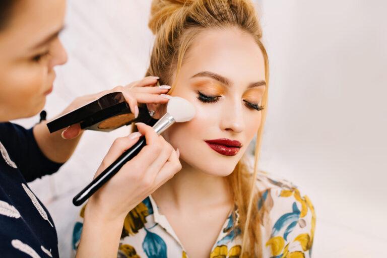 mulher sendo maquiada.
