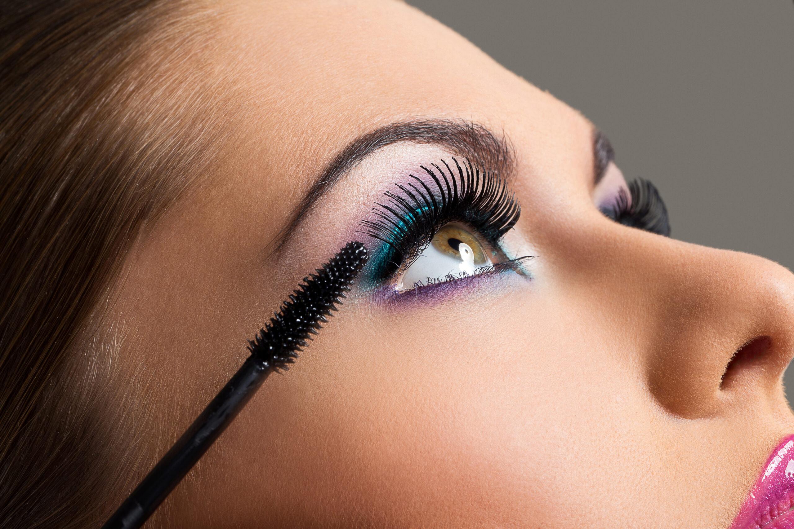Mulher com o rosto maquiado passando maquiagem no olho.  Ilustração do texto franquia Querm Disse Berenice.
