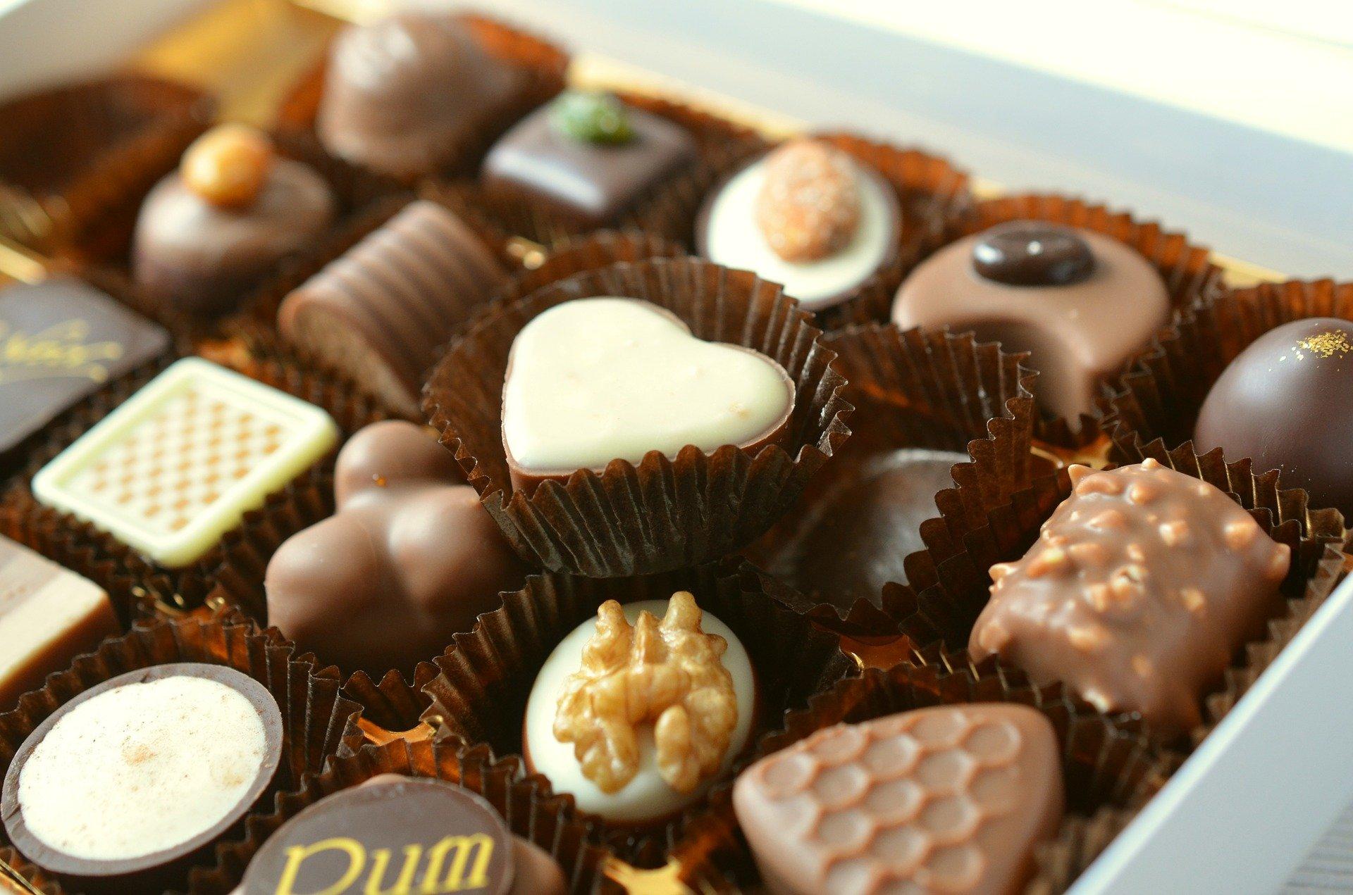 foto de uma caixa com bombons em vários formatos, como de coração e quadrado. Imagem ilustrativa para texto franquia kopenhagen.