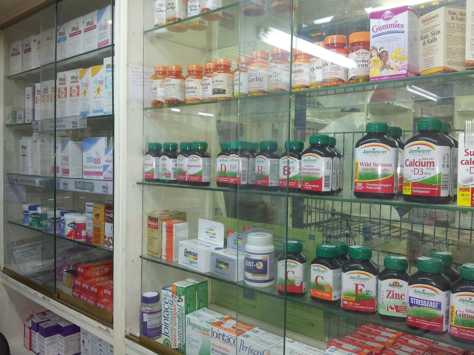 foto de uma vitrine de farmácia com vários potes e pacotes de produtos expostos. Imagem ilustrativa para texto franquia de farmácia.